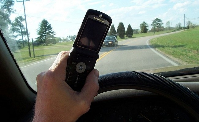 800px-cell_phone_use_while_driving