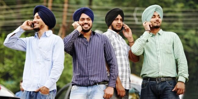 indianos-usando-smartphones