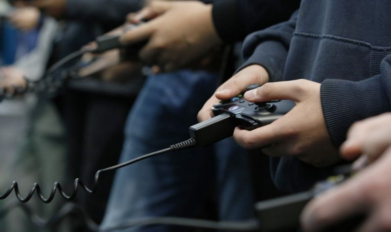 gamers-jogando-xbox-one