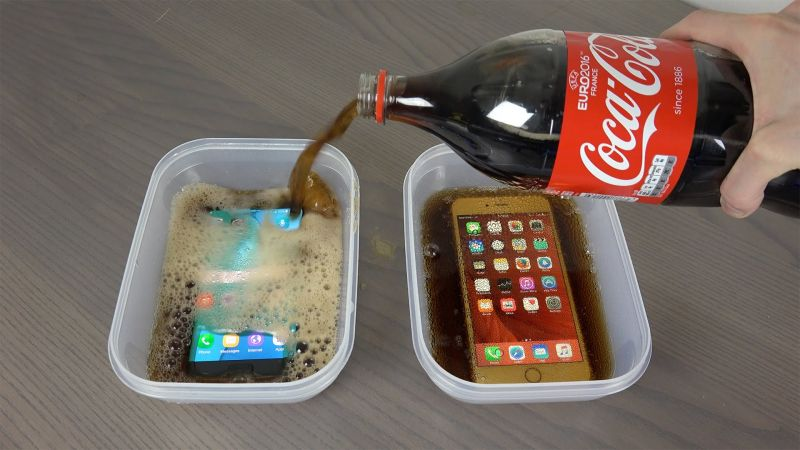 Samsung Galaxy S7 Edge and iPhone 6S Plus Coca-Cola Freeze Test