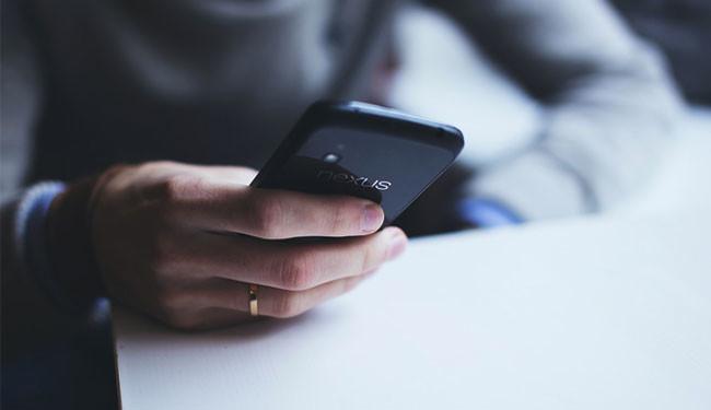 homem usando smartphone nexus