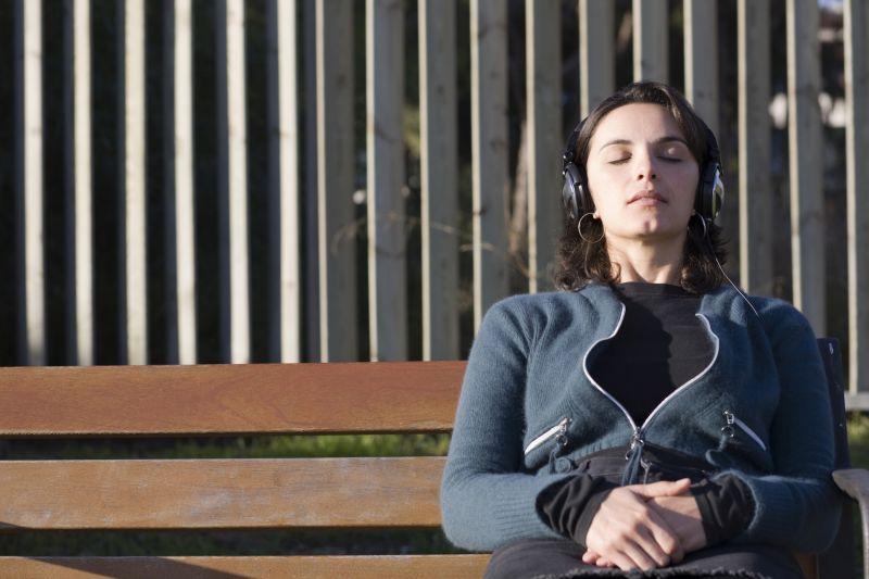 mulher-usando-fone-de-ouvido