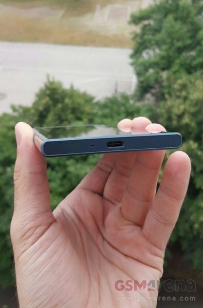 Sony Xperia F8331 02