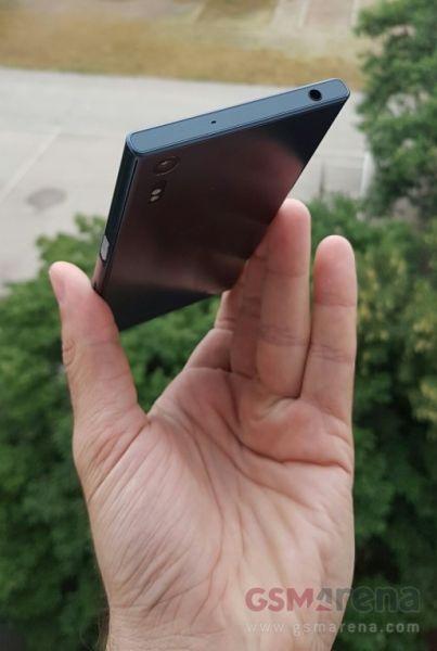 Sony Xperia F8331 03